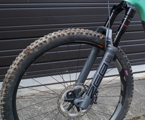 New 38mm chassis for increased stiffness and rider confidence.