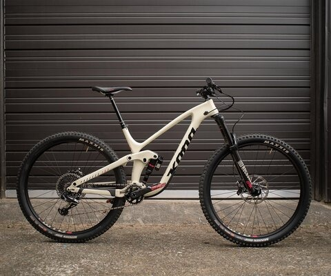 Carbon up front, aluminum in the rear and decked out to the nines, the Process 153 CR/DL 29 is a top-of-the-line bike.